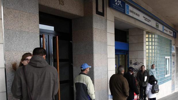 Un grupo de personas hace cola ante una oficina del antiguo INEM en Santiago de Compostela
