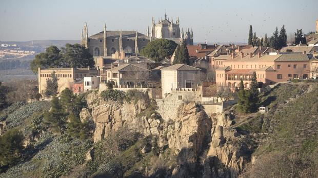 Vista de Toledo desde el cerro de la Virgen de la Cabeza, con las rocas sobre las que se eleva su casco