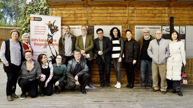 Pisarello, en el centro, junto a otros miembros de colectivos republicanos durante la presentación del ciclo