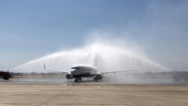 Inauguración en el aeropuerto de Alicante-Elche de la nueva ruta a Oporto operada por Ryanair