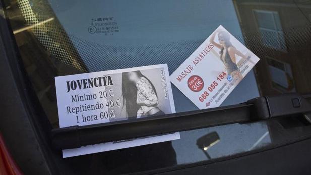 Imagen de archico con publicidad de prostitución en el limpiaparabrisas de un coche