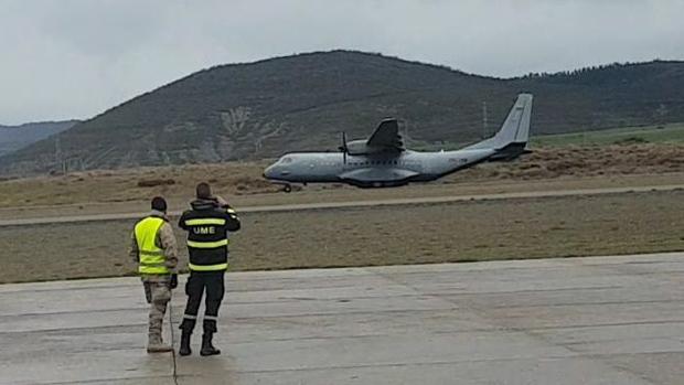 Momento en el que el avión tocó pista y empezó su accidentado aterrizaje en el aeródromo de Jaca