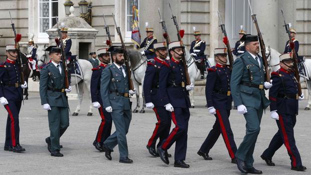 La Guardia Civil participa en el relevo solemne de la Guardia Real