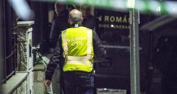 La Guardia Civil entra en la vivienda de Mora donde se produjeron los hechos