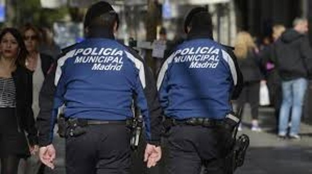 Dos policías municipales de patrulla