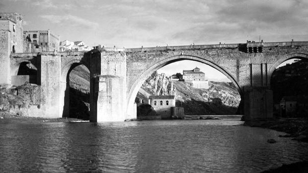 Vista del antiguo Convento de Gilitos, bajo el arco del Puente de San Martín, sede de la prisión provincial, donde residió la familia Machado en Toledo. (Foto, Loty. Archivo Diputación Provincial de Toledo)