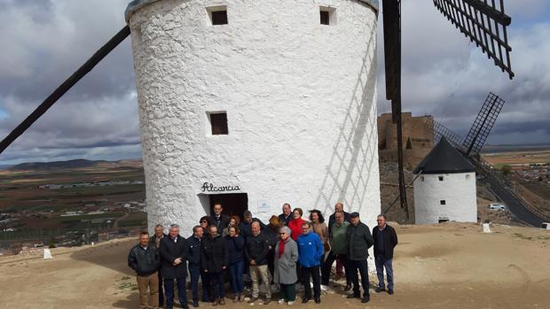 Autoridades, y representantes de asociaciones locales ante el molino «Alcancía» restaurado por La Caixa