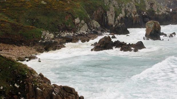 Zona rocosa próxima a la playa de Doniños, en Ferrol, donde apareció el cadáver