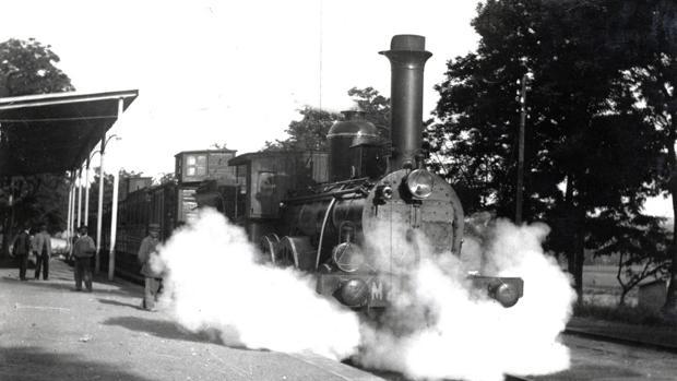 Máquina de vapor en el andén de la antigua estación de Toledo. Archivo Histórico Provincial. Fondo Rodriguez