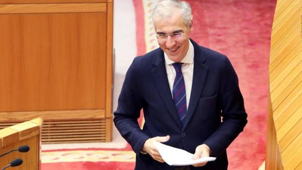 El conselleiro de Economía e Industria, Francisco Conde, en el Parlamento