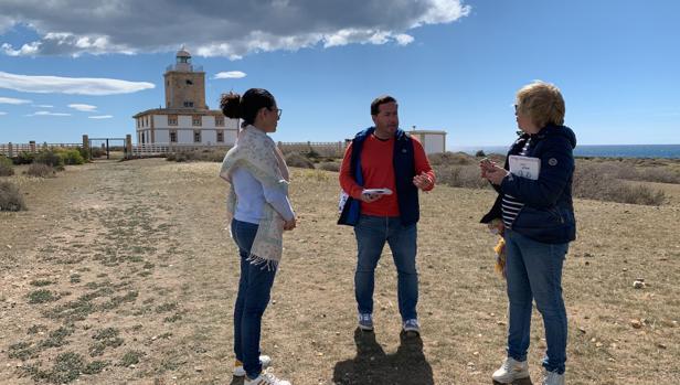 Imagen de la visita del candidato del PP por Alicante Agustín Almodóbar a la isla de Tabarca