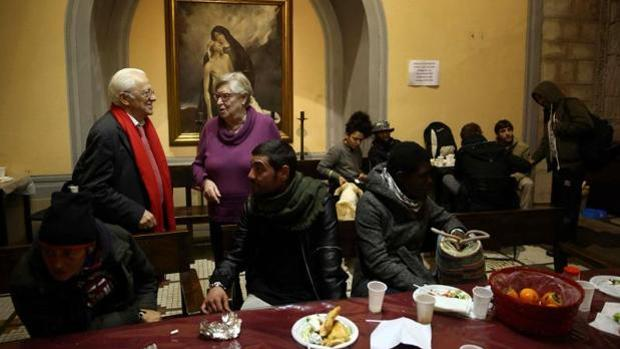 El padre Ángel y la religiosa teresiana catalana Viqui Molins en la parroquia de Santa Anna