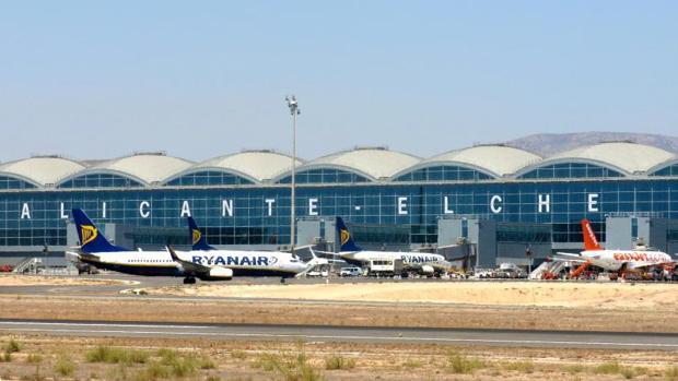 El aeropuerto de Alicante-Elche, donde han sido desalojados los jugadores de fútbol borrachos