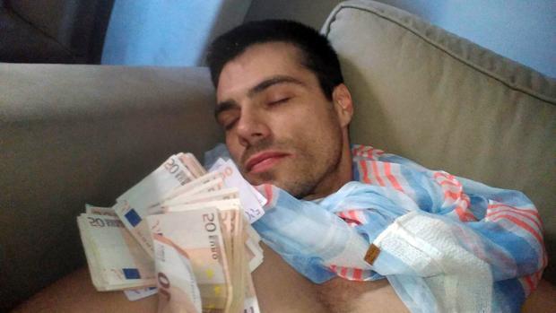Albert C. cubierto de billetes en una de las fotos que mandó a sus amantes