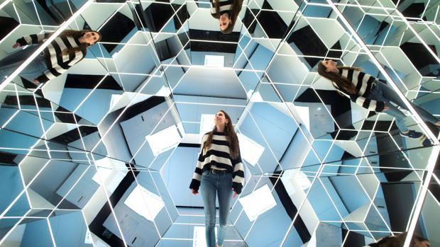 Matemáticas, física y fotónica se fusionan en la exposición «Espejos, dentro y fuera de la realidad»