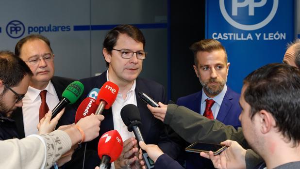 Mañueco comparece junto a José María García (FSIE) y Leandro Roldán (FERE)