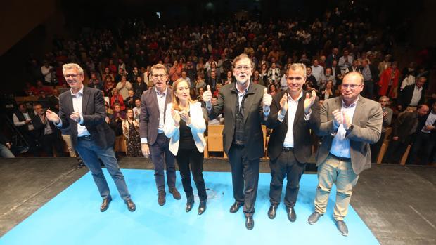 Rajoy (c) y Feijóo (2i) ante un auditorio abarrotado