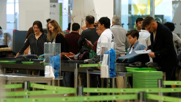 El control de equipajes, esta mañana, en Barajas