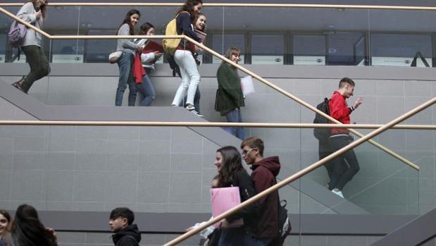 Estudiantes en la Facultad de Economía del campus coruñés