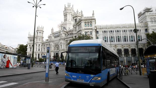Un autobús de la EMT, en la plaza de Cibeles