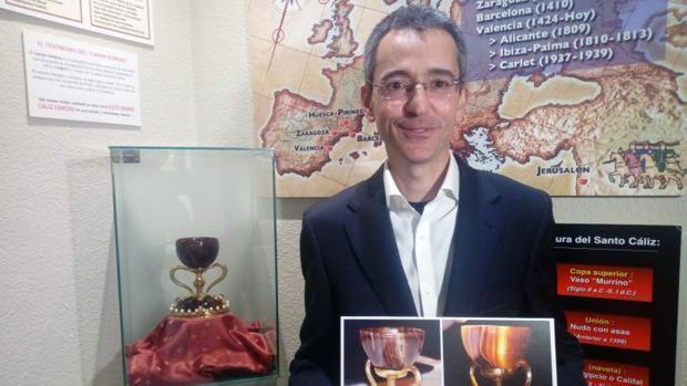 El investigador de la Universidad Politécnica de Valencia Manuel Zarco, con documentos sobre el Santo Cááiz