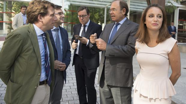 Levy, con Martínez-Almeida (izquieda) y García Escudero (derecha)