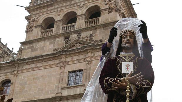 Una talla es protegida durante la Procesión General en Salamanca, en una imagen de archivo