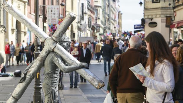 Turistas en una céntrica calle de la capital leonesa durante una Semana Santa