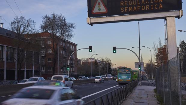 Vehículos circulan por el Paseo de Extremadura