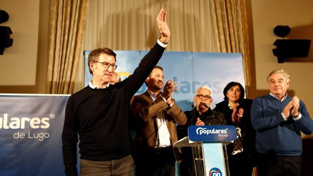 Feijóo saluda durante el mitin que ha ofrecido en Vilalba