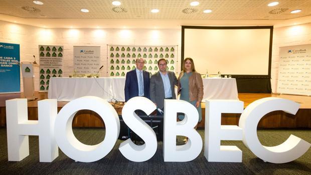 Almodoóbar con Toni Mayor y Nuria Montes, presidente y secretaria general de Hosbec, respectivamente