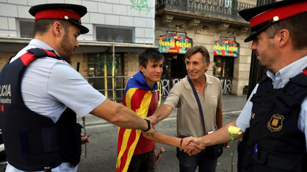 Dos mossos saludan a dos independentitas días antes del referéndum