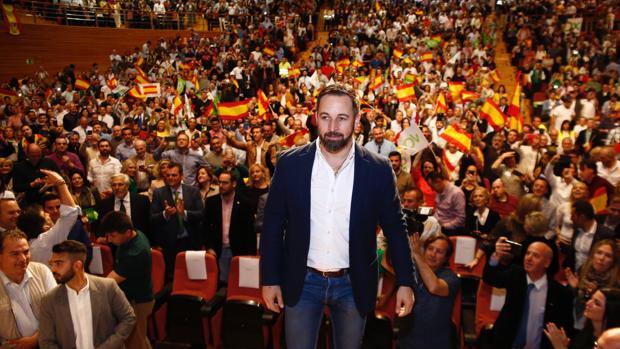 El presidente de Vox, Santiago Abascal, interviene en un acto de su partido en Granada.