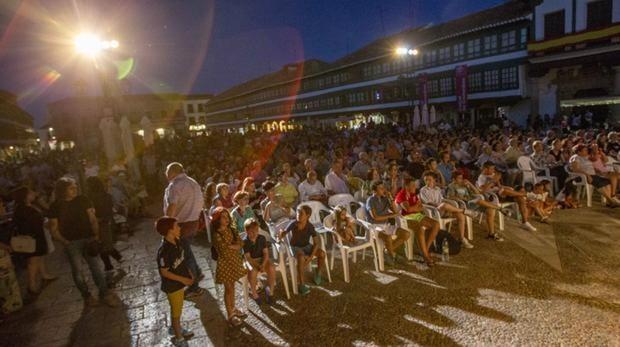 Público en la Plaza Mayor de Almagro, durante uno de los espectáculos