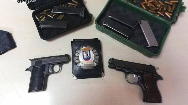 Pistolas decomisadas por los agentes al agresor