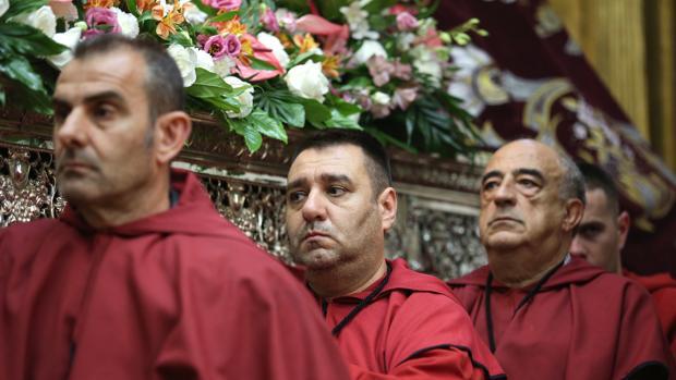 Caras de tristeza en la iglesia de Santa Leocadia, cuya procesión no pudo salir por culpa de la lluvia