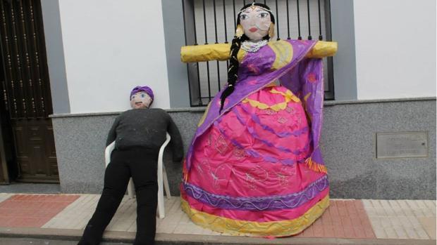 Los vecinos exponen a Judas y a las muñecas que posteriormente serán quemados