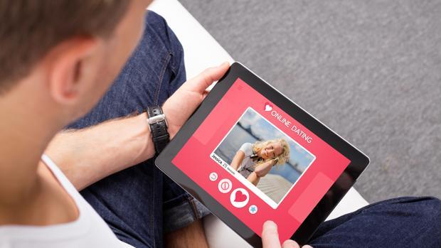Un hombre consulta una web de citas «online»