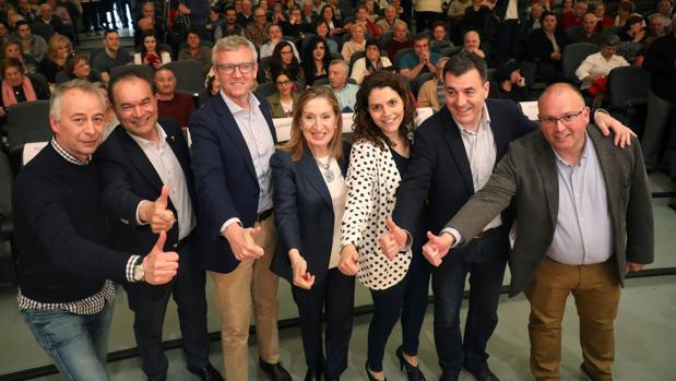 Tellado y Pastor, con Alfonso Rueda, Román Rodríguez, José Crespo y otros miembros del PP, este sábado, en el Auditorio Municipal de Lalín