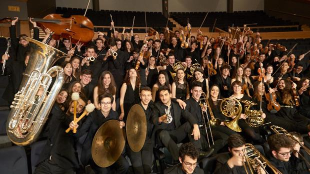 Los músicos de la Orquesta Joven posan en el patio de butacas del Palacio de la Ópera