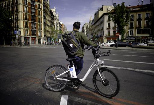 Uno de los «riders» con una mochila neutra, para evitar sanciones