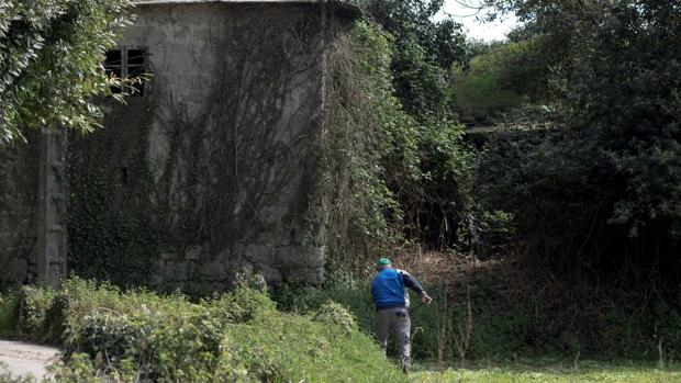 Un hombre trabaja en una parroquia del rural gallego