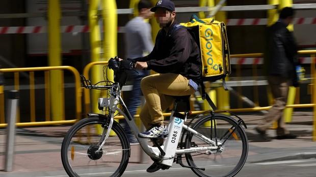 El mercado negro de los «riders» de Glovo en Madrid: alquilan sus licencias a «sin papeles»