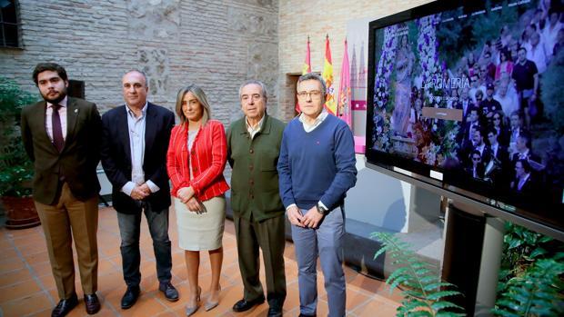 La alcaldesa de Toledo, Milagros Tolón, ha estado acompañada por el presidente de la Cofradía y el tesorero, Juan José Gómez y Jacinto García
