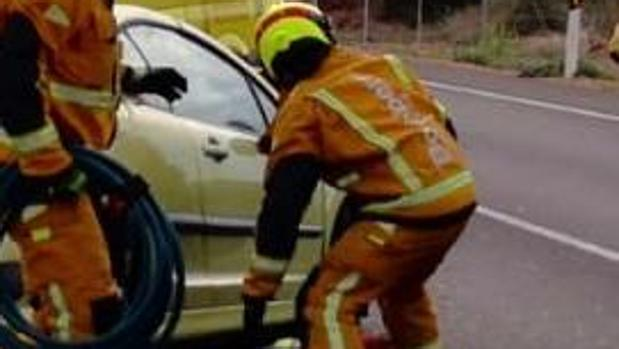 Maniobras de excarcelación de los Bomberos en el accidente en Almoradí