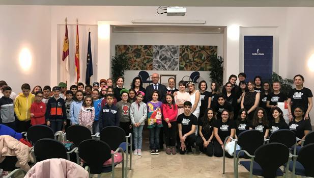 Almeida posa con los alumnos participantes