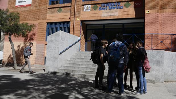 Varios estudiantes, a las puertas del Instituto San Mateo, el primero de Excelencia en Madrid