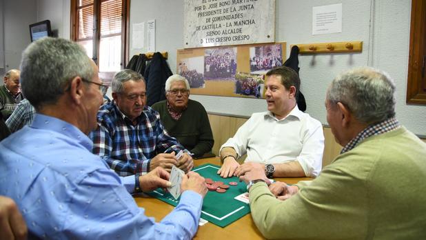 Momento de la partida de mus del presidente de Castilla-La Mancha