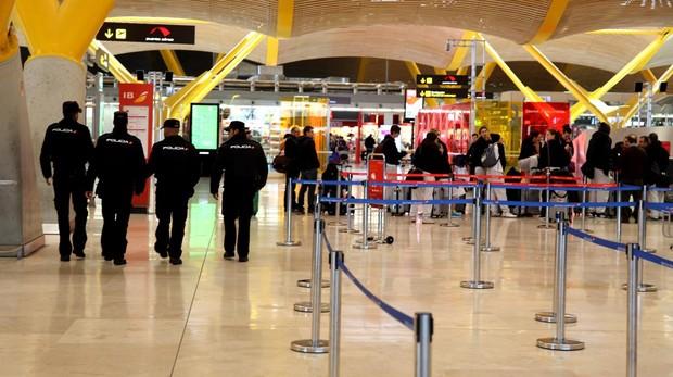 Policías de patrulla en el aeropuerto de Barajas