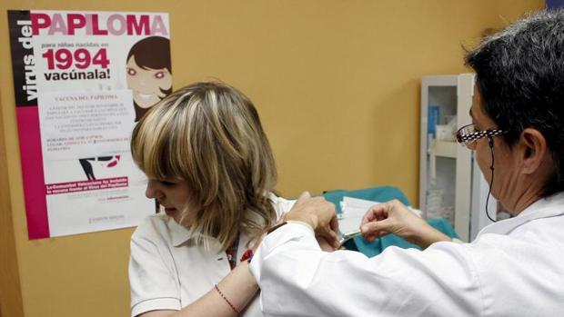 Una niña es vacunada en un centro médico